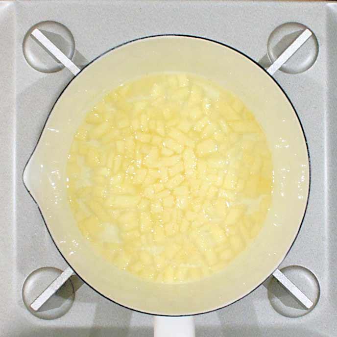 鍋の中でりんごを煮る