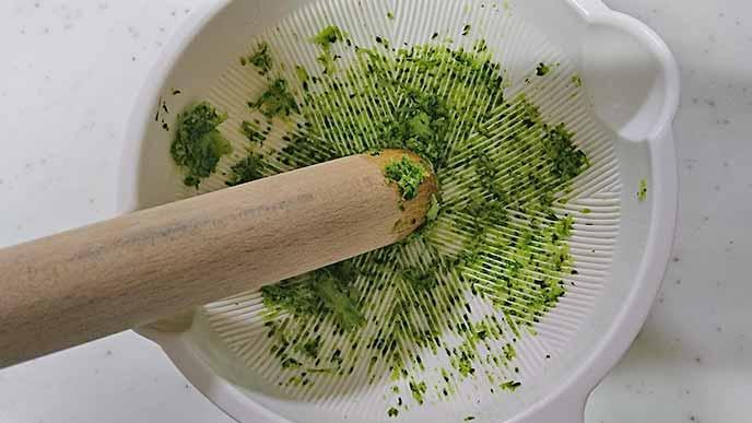 すり鉢でつぶされたブロッコリーの花蕾部分