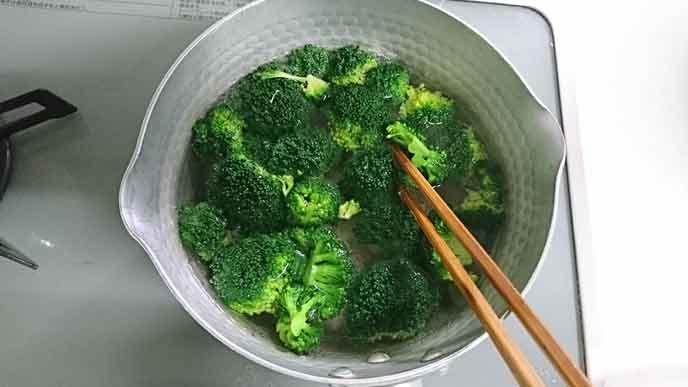鍋の中で熱湯で茹でられているブロッコリー