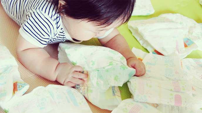 沢山を触って遊んでる赤ちゃん