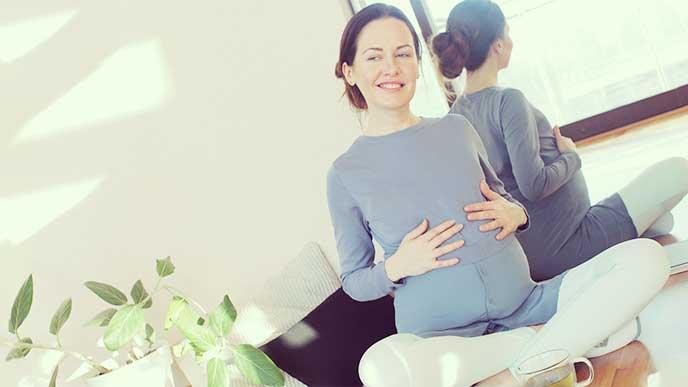 あぐらをかいて座ってる妊婦さん
