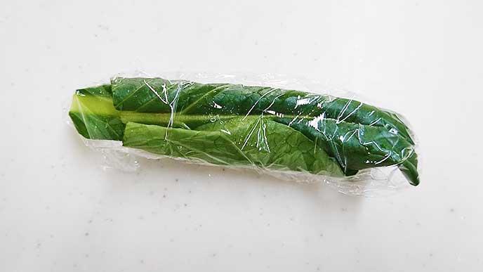 ラップに包まれた小松菜