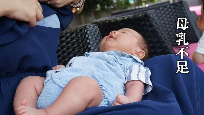 母親の膝で眠る赤ちゃん