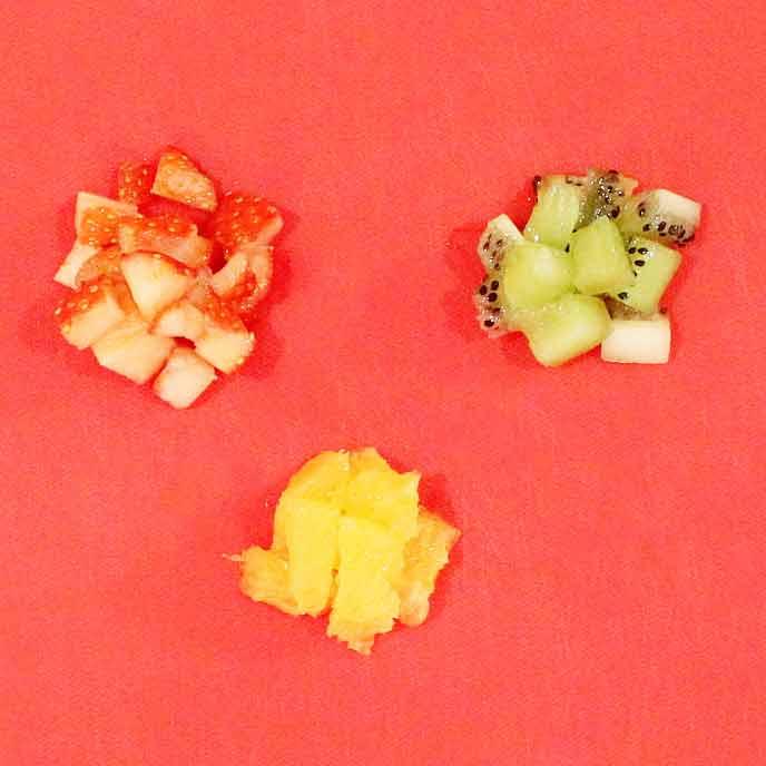 カットされたいちご、キウイ、オレンジ
