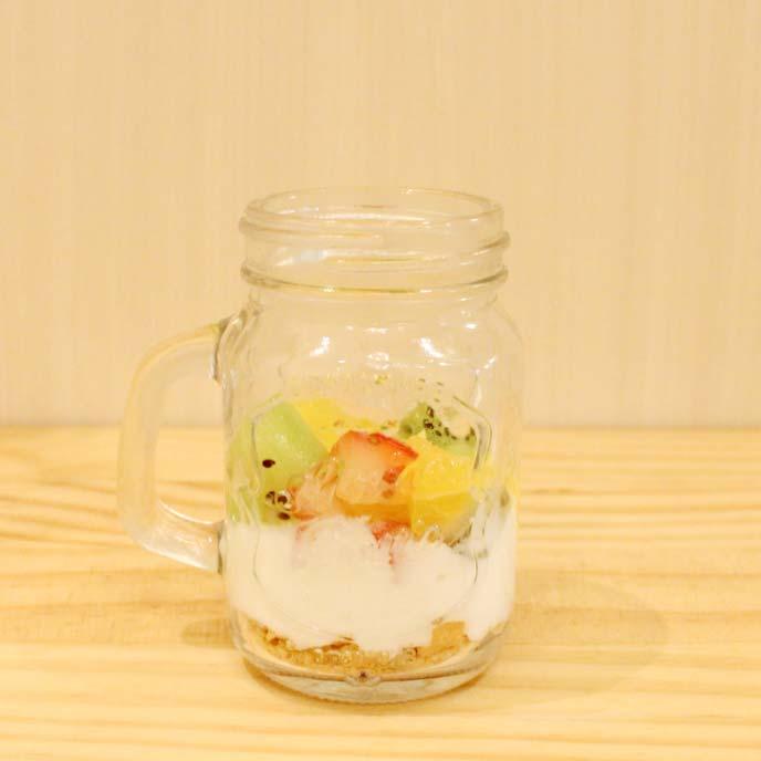 コーンフレーク・ヨーグルト・フルーツが層になったガラス瓶