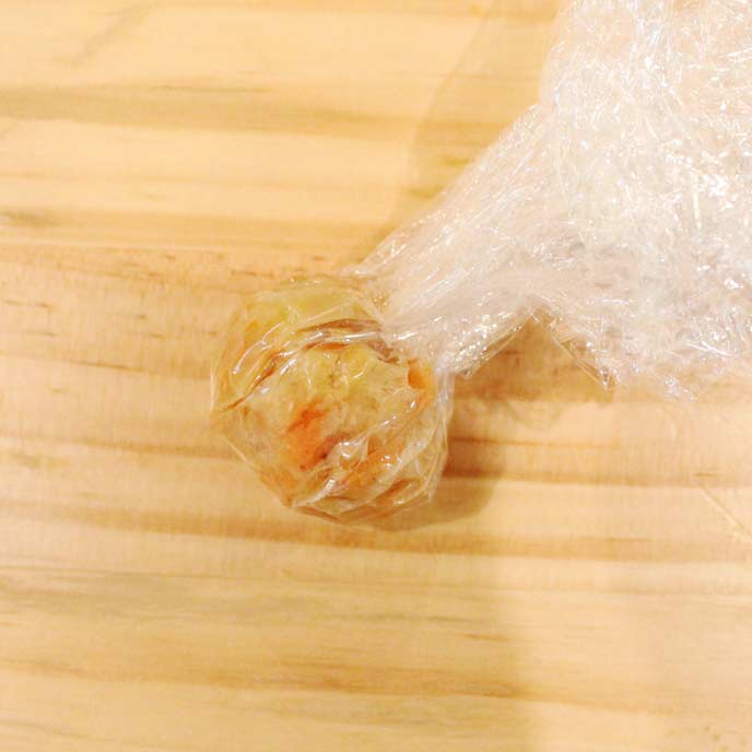 ラップでまるく形を整えられたコーンフレークボール