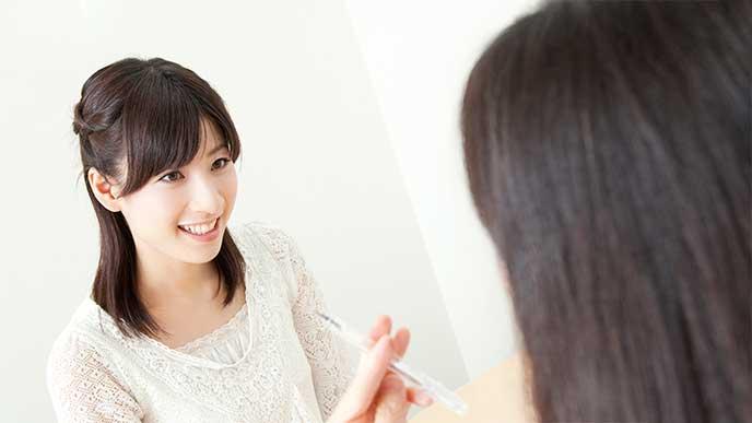 母乳外来で診察を受ける女性