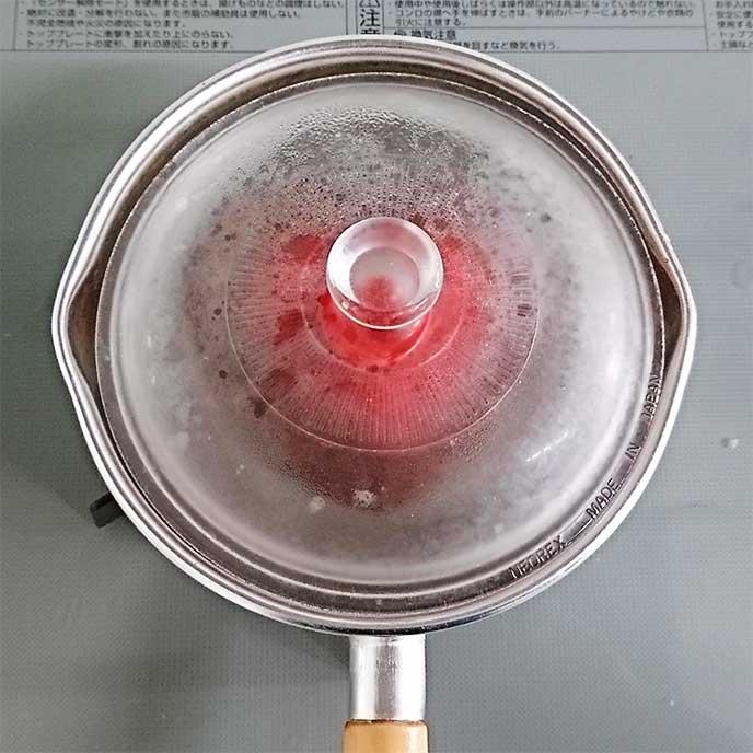 小鍋で蒸されている耐熱容器