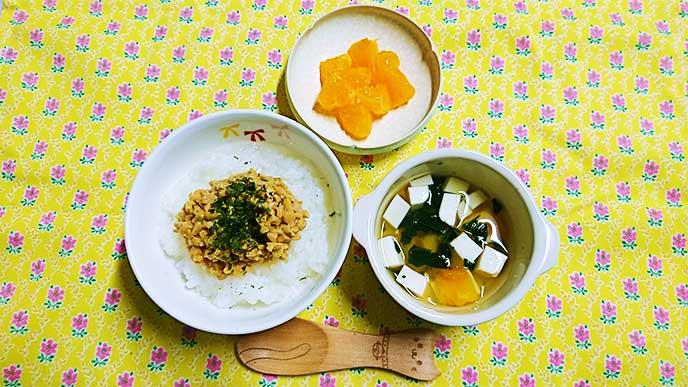 盛り付けれた納豆がゆ・味噌汁・みかん