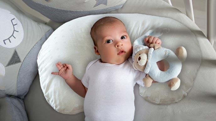 授乳クッションを枕代わりにする赤ちゃん