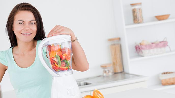 ミキサーで野菜や果物をかき混ぜる