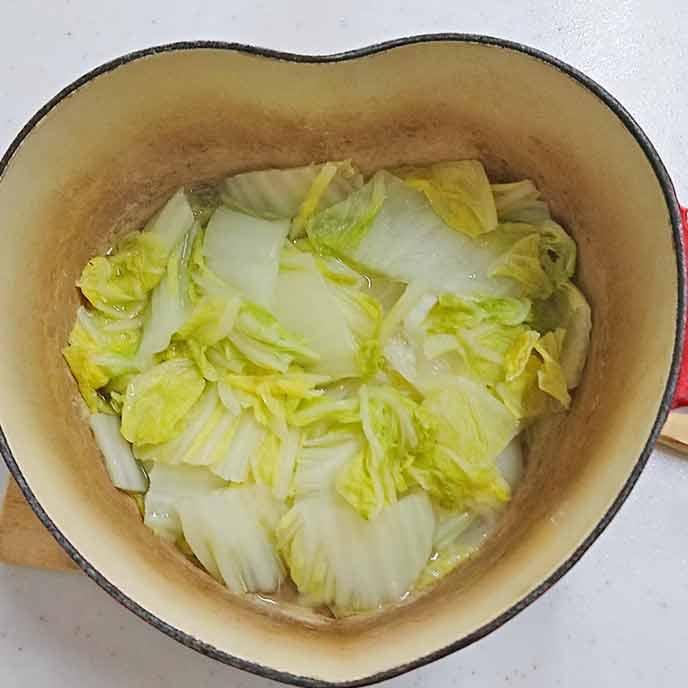 お湯のはった鍋で茹でられた白菜
