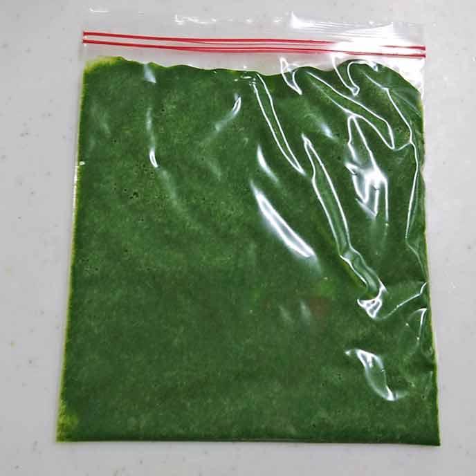 フリーザーバッグに詰められた小松菜ペースト