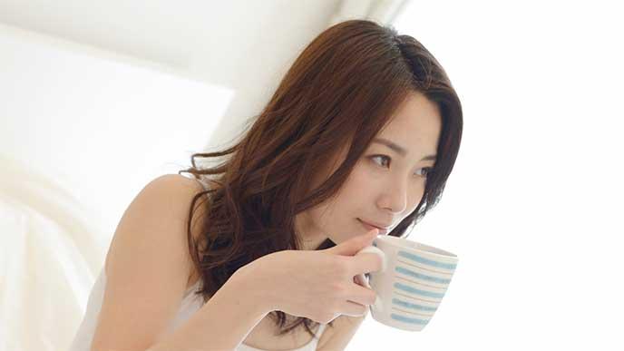 生姜湯を飲む妊婦さん