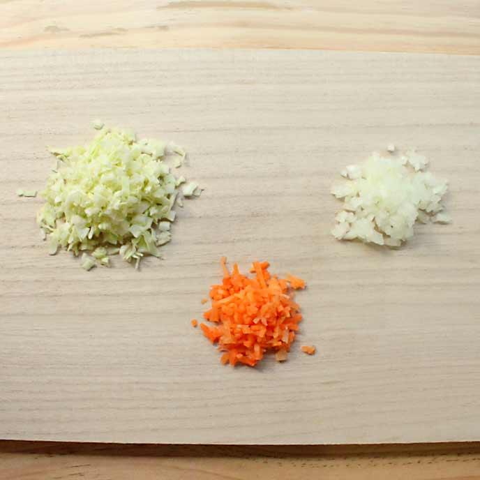 まな板の上にある野菜のみじん切り