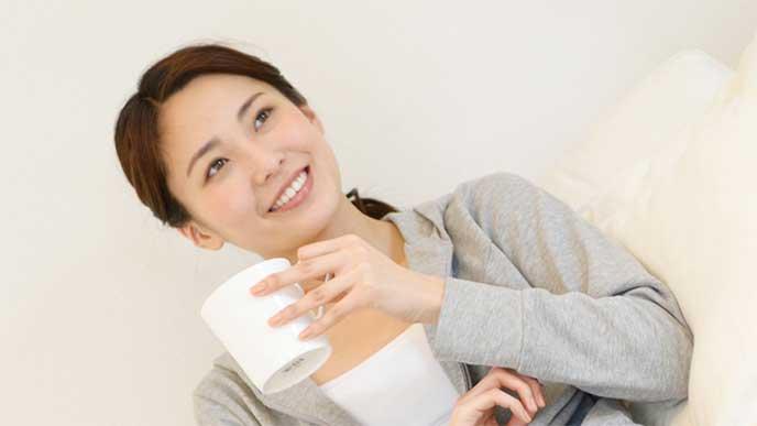 コーヒーを飲んでる妊婦さん
