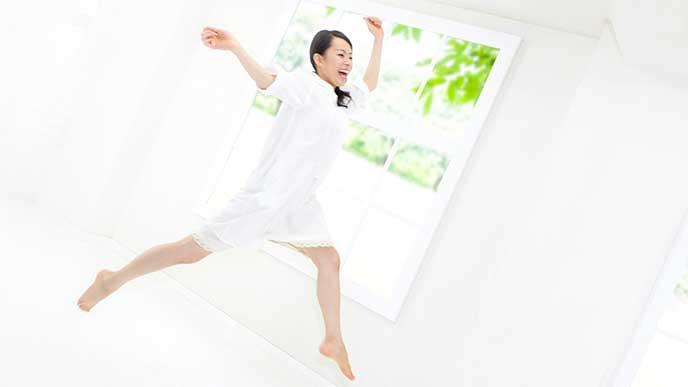 ハイテンションで部屋の中でジャンプしてる女性