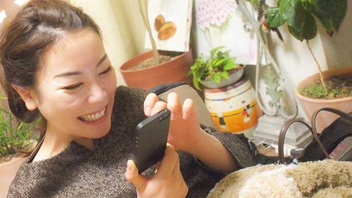 携帯でSNSをやりまくってる女性