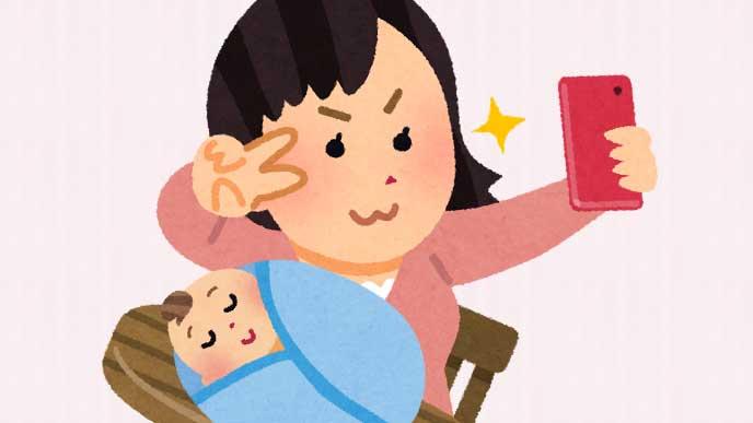 寝てる赤ちゃんと一緒にセルフィーを撮ってる母親