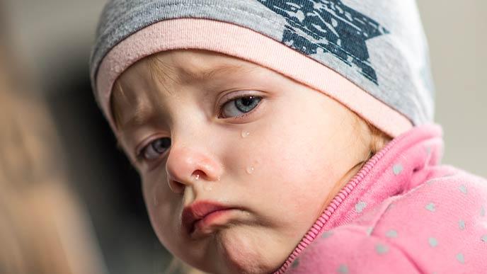 赤ちゃん返りして泣く幼児