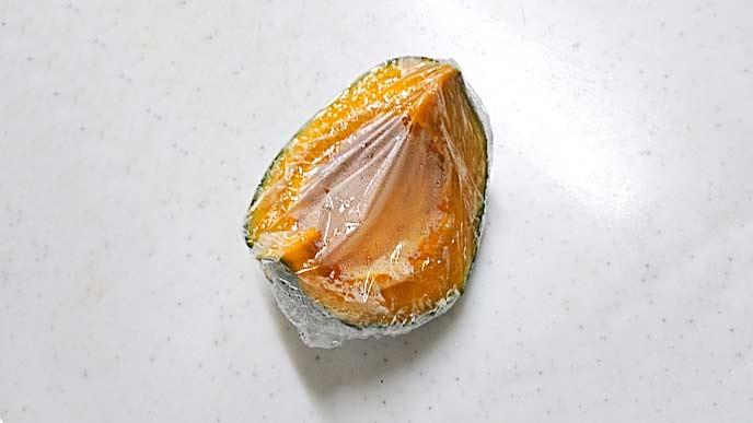 レンジで包まれて加熱されたかぼちゃ