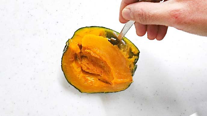 皮を残して、スプーンで実の部分をくりぬかれるかぼちゃ