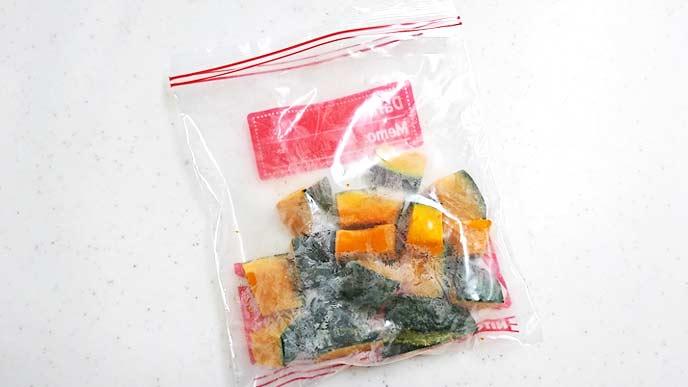 フリーザーバッグの中にある一口サイズにカットされたかぼちゃ