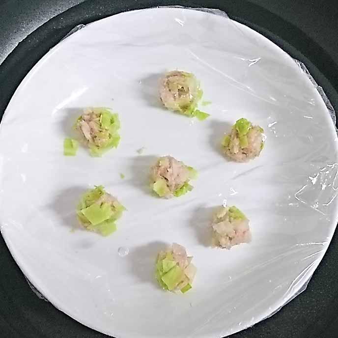 水を張ったフライパンで蒸すお皿に入ったしゅうまいのタネ