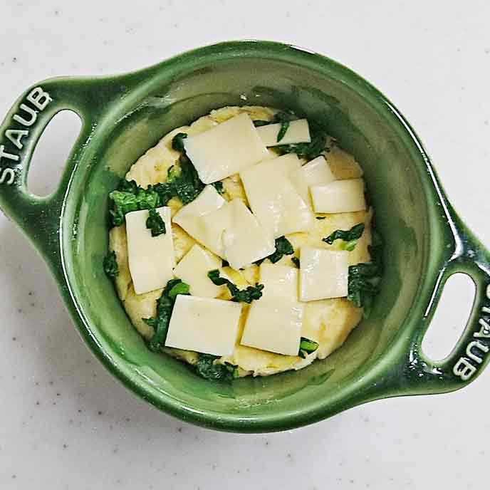耐熱皿にさつまいも・小松菜・チーズの順に盛り付ける