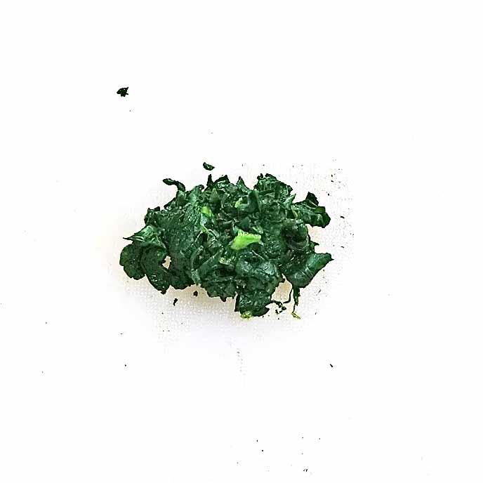 まな板の上でみじん切りされた小松菜