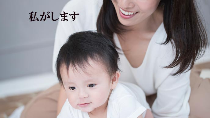 赤ちゃんを抱き寄せる母親