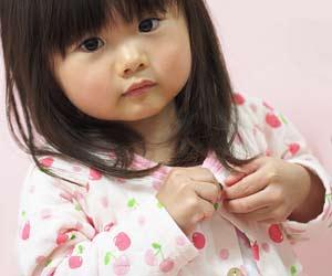 パジャマに着替える幼児