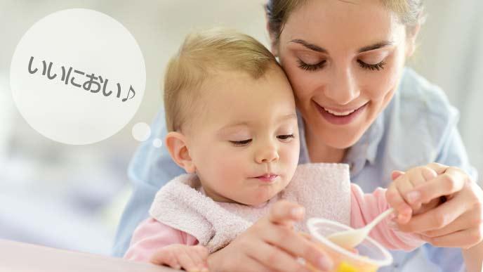 お母さんと離乳食を食べる赤ちゃん