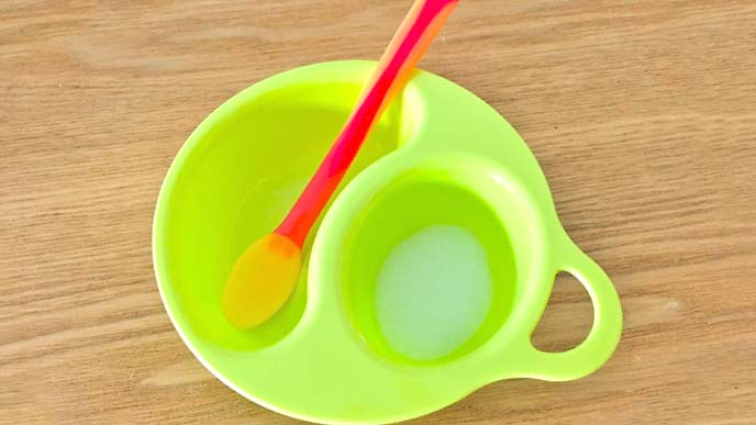 離乳食用スプーンとお皿