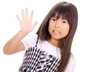 手を振る女の子
