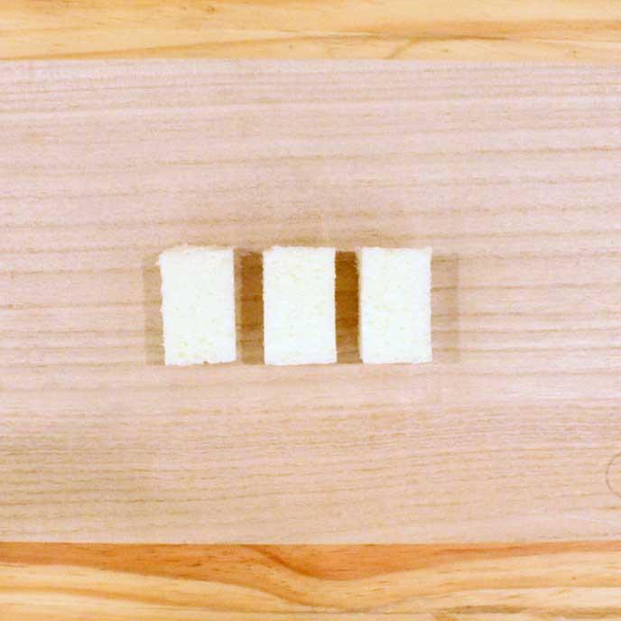 まな板の上にある耳を切り落とした食パン