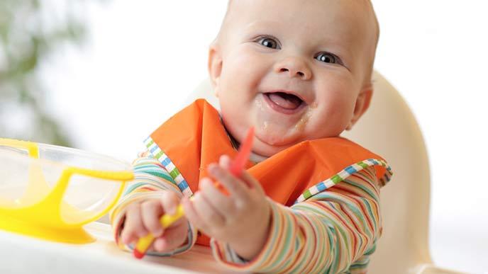 離乳食の朝食をとる赤ちゃん
