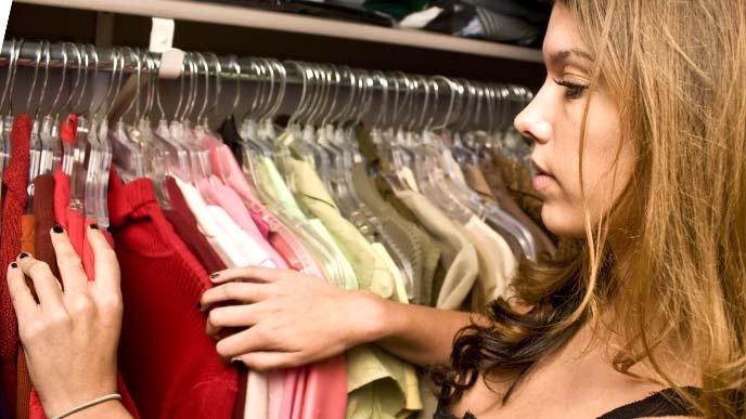 クローゼットの中の服を探す女性