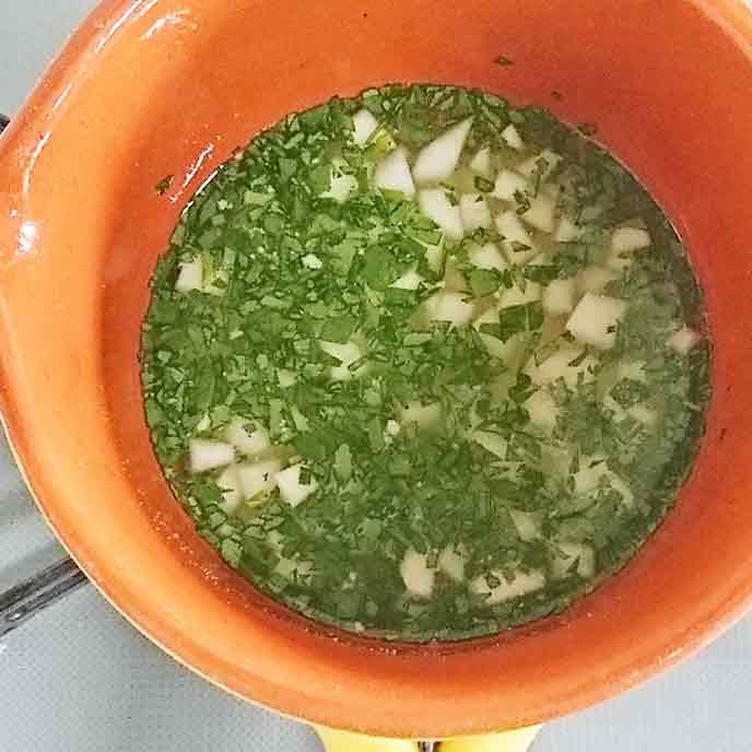 鍋で煮られる大根と高野豆腐