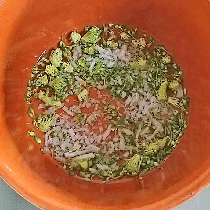 鍋で煮られるブロッコリーとしらす