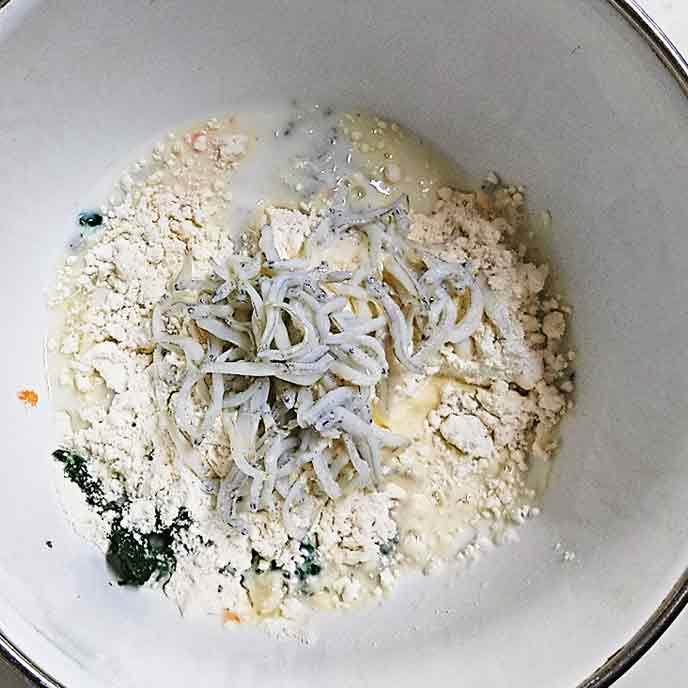 ボウルの中にあるしらす、野菜、ペーキングパウダー入り小麦粉