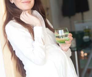 お茶を飲みリラックスする妊婦