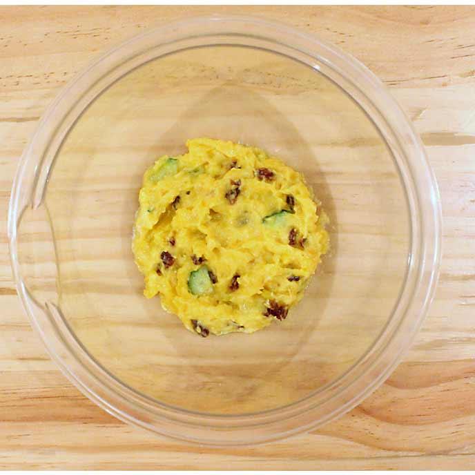 ボールの中で完成したかぼちゃときゅうりのサラダ