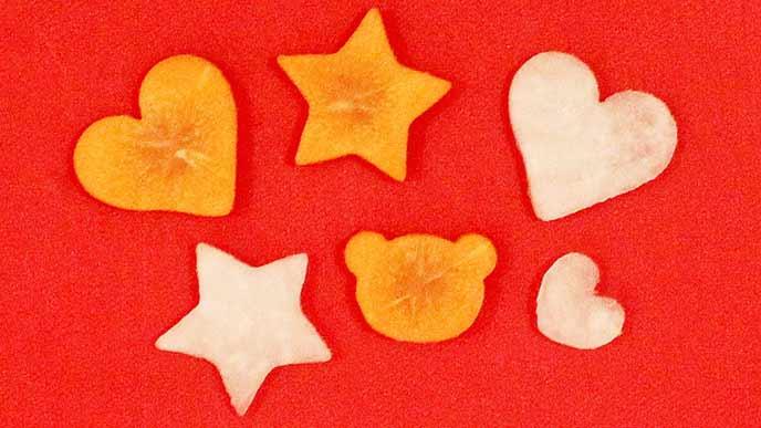 ハートや星形に型抜きされた野菜
