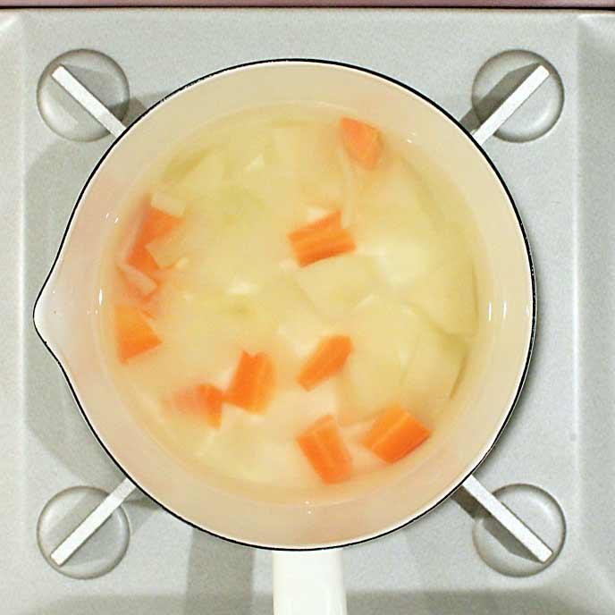 鍋の中で茹でられる野菜