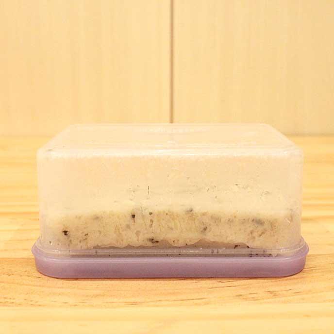 タッパーの蓋をしてひっ繰り返し、ムラされる蒸しパン