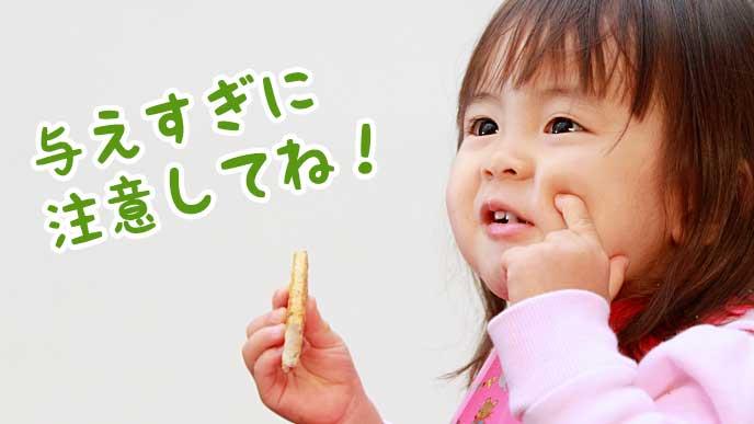 赤ちゃんせんべいを食べている赤ちゃん