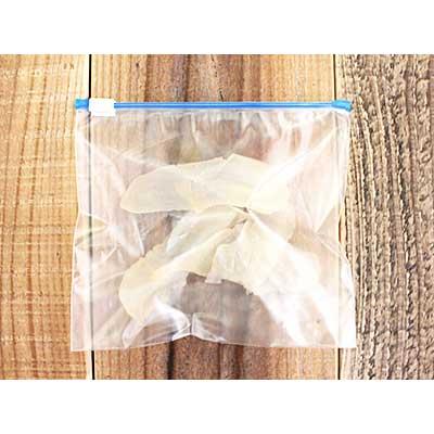 密閉袋に入れられた赤ちゃんせんべいの乾燥生地