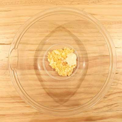 ボウルの中にある潰した茹で卵とマヨネーズ