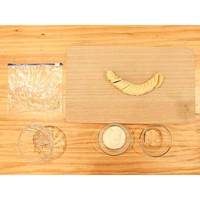 5mm程度の輪切りにされたバナナ、皿に入ったヨーグルト・きな粉、パフェ用の器